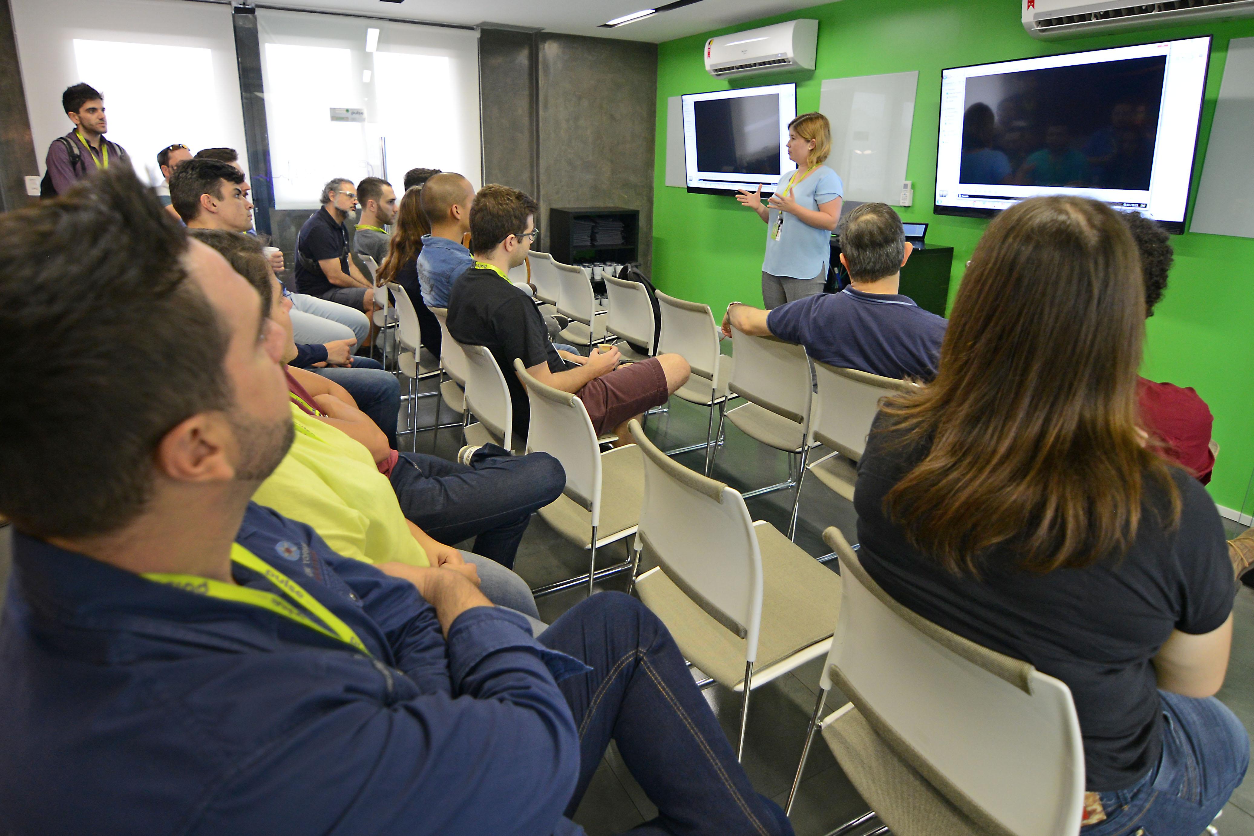 A gestora do Pulse - Hub de Inovação, Fabiana Tarabal, durante integração e apresentação do projeto ao time InCeres (Foto: Amanda Vieira)